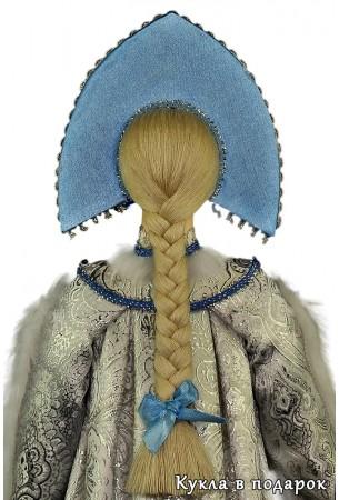 красивая Снегурочка с косой и бантом