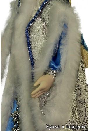 Разрезной рукав красивой куклы Снегурочка