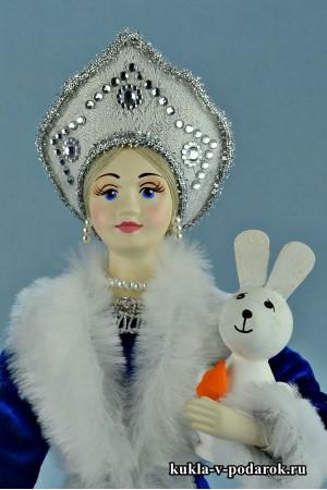 фото Снегурочка в кокошнике держит зайца