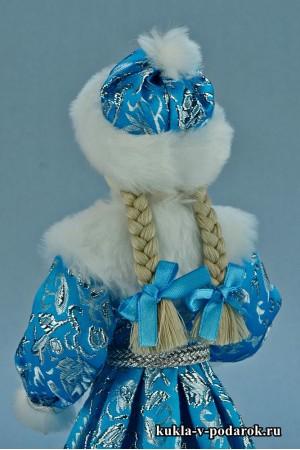 фото Снегурочка девочка в шапочке с меховым помпоном