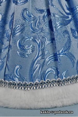 фото Снегурочка подарок в голубой одежде