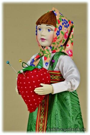 Кукла игольница в платке и с клубникой в руках