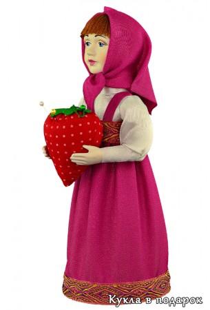 Ягода клубника в руках куклы игольницы