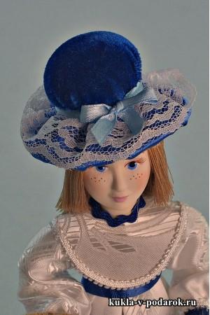 Синяя шляпка на кукле игольнице