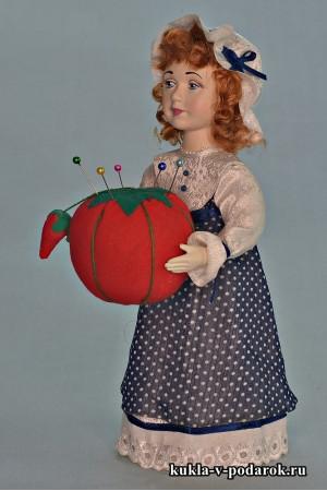 Игольница кукла с помидором в руках