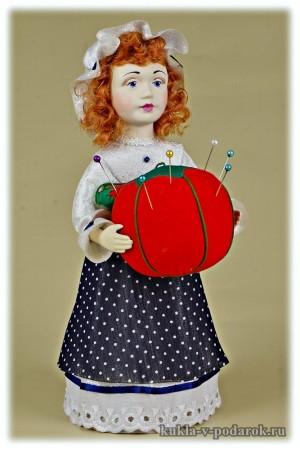 Красивый недорогой подарок кукла игольница