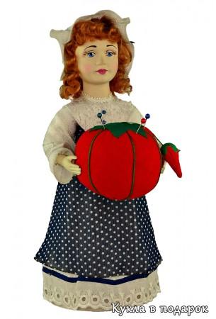 Красивое фото куклы игольницы с помидоркой в руках