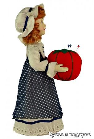Маленькая красивая куколка для хранения иголок