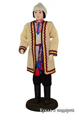 Красивая кукла в мужской национальной одежде
