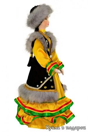 Женщина Башкирии в желтом платье