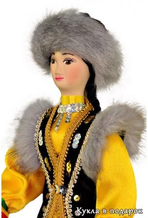 Женщина Башкортостана в костюме с меховой опушкой