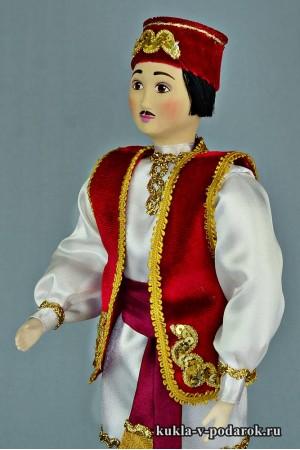Татарин в национальном костюме кукла красного цвета