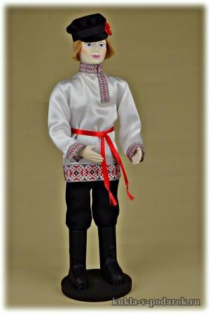 Русский молодец кукла в белой красной рубахе