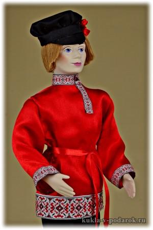 Русский парень кукла в народной одежде