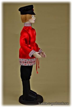 Молодцеватый молодой человек кукла в славянской одежде