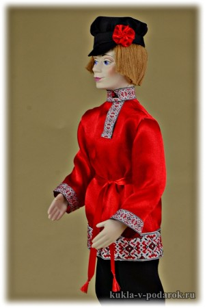 Русский юноша кукла в традиционном костюме