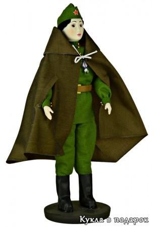 Кукла солдат в форме и плащ палатке