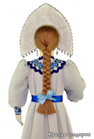 Коса с бантом на голове интерьерной куклы
