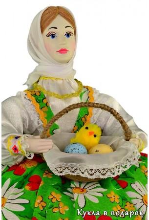 В корзине куклы пасхальные яйца и вылупившийся цыпленок