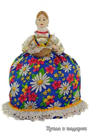 Кукла держит в руках пасхальную корзинку с яичками