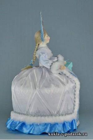 фото чайная кукла с подарком и в кокошнике