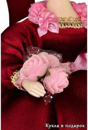 Розы в руке бордовой куклы на заварочный чайник