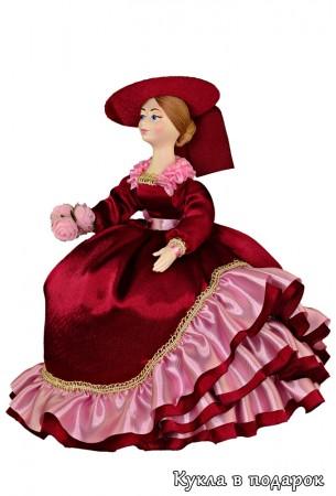 Фото красивой бордовой куклы на заварочный чайник