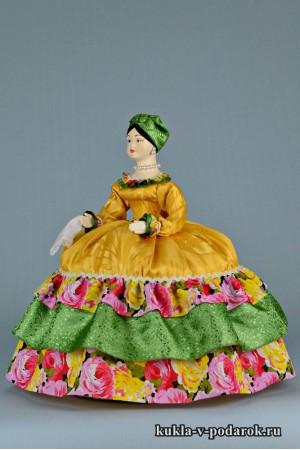 фото Купчиха на чайник кукла с платочком в руках