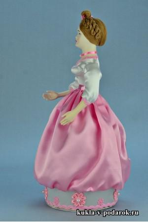 Фото красивая шкатулка кукла с фарфоровой головой и руками