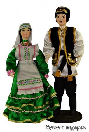 Две стоящих куклы - татары в национальных костюмах