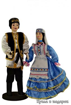 Куклы в текстильном татарском костюме мужчин и женщин