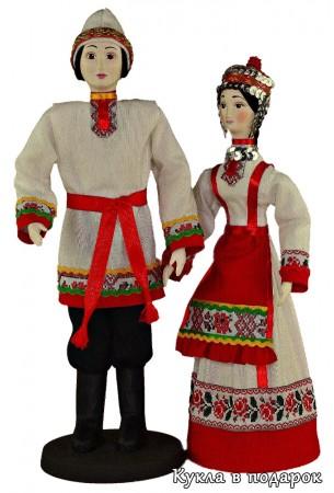 Мужчина и женщина чуваши в национальном костюме