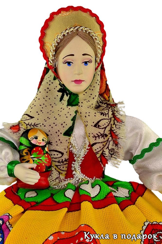 Матрешка в руках куклы матрешки