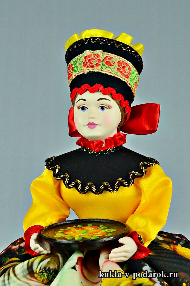 Подарок на кухню кукла с подносом иhttps://kukla-v-podarok.ru/kukly-grelki-chajnik/podarok-na-kuhnyu-zhostovo.htmlз Жостово