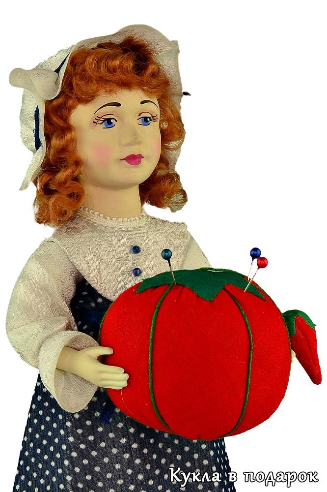 Кукла игольница с помидоркой в руках