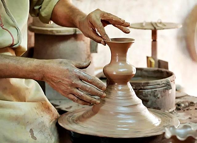 Ремесленник работает своими руками
